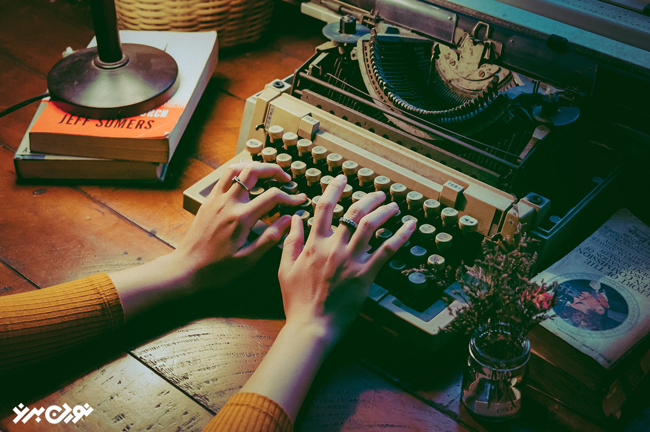 کسی کتاب مینویسد